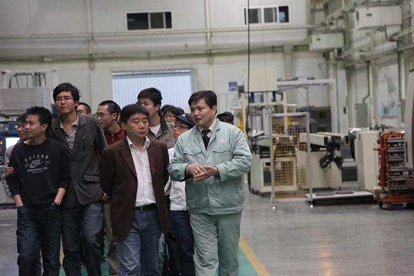 教学实习中心和信息与机电工程学院联合组织学生到企业参观学习