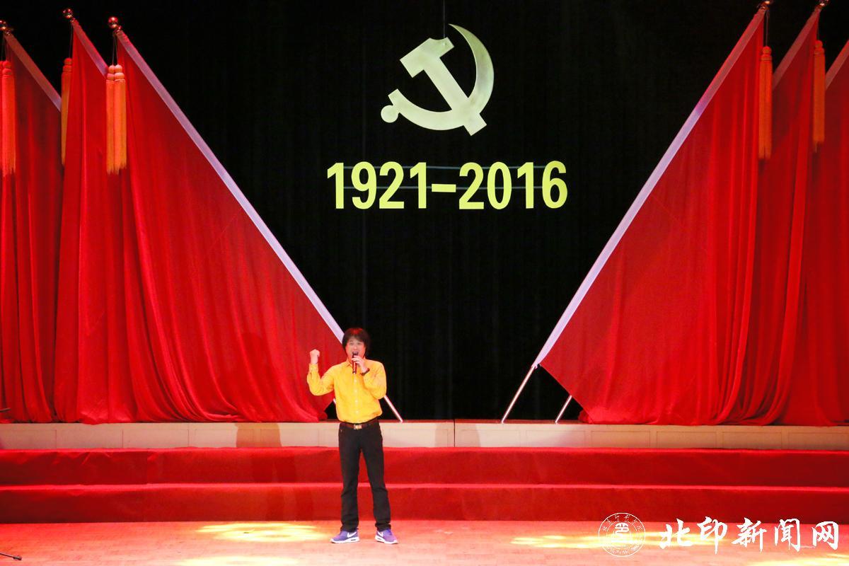 在机关大合唱《团结就是力量》和《歌唱祖国》的歌声中,台上台下一