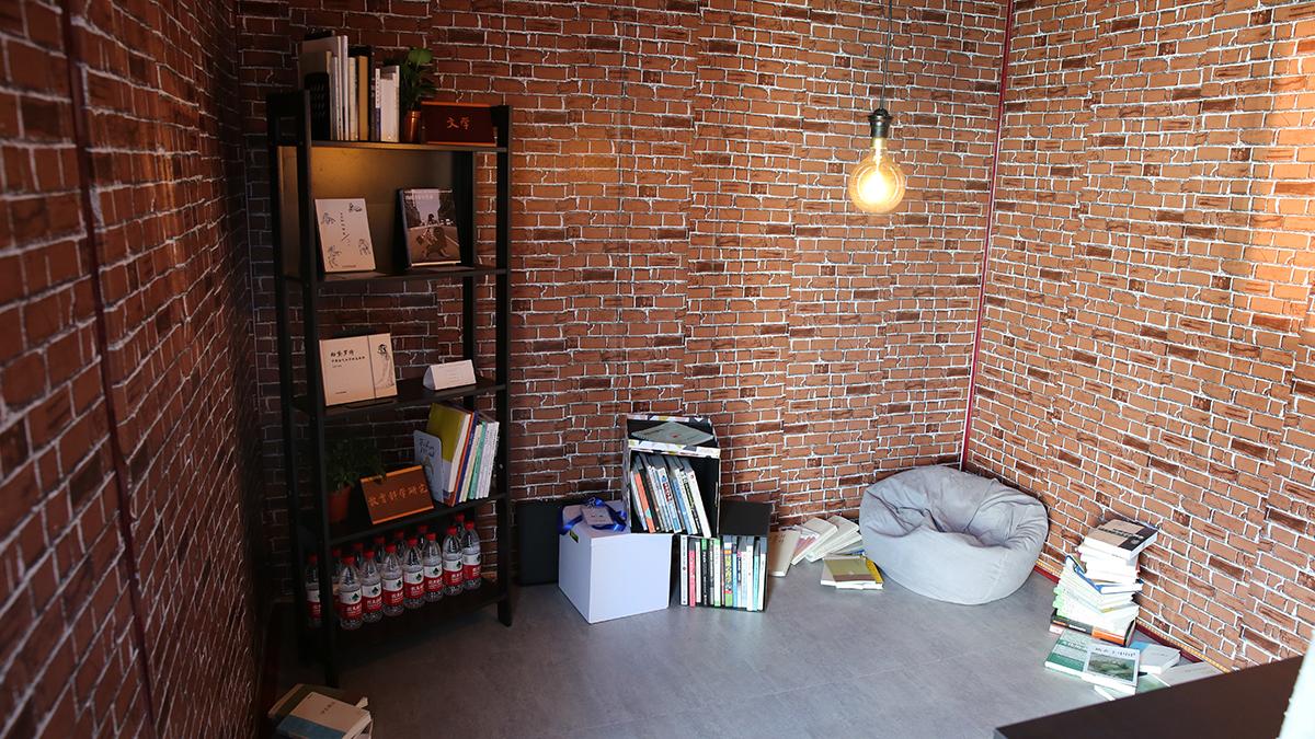 """本次展览主题""""折叠"""",释义为:人生如翻开的书页,一页看尽还有下图片"""